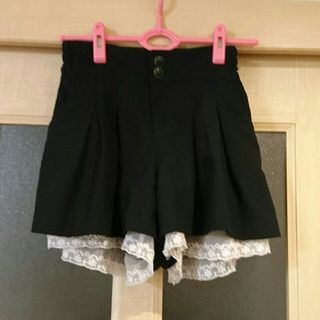 裾フリル 黒ショートパンツ