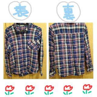 青のチェックシャツ