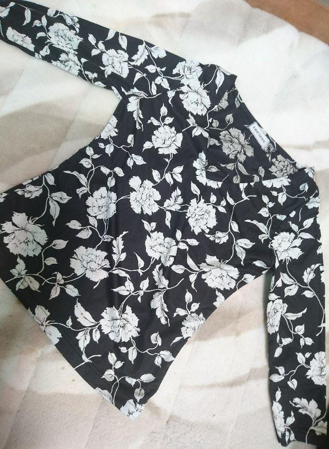 ブラック×ホワイト花柄七分袖Vネックカットソー