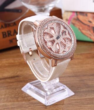 新品大人気芸能人愛用ぐるぐる時計 ホワイト 白