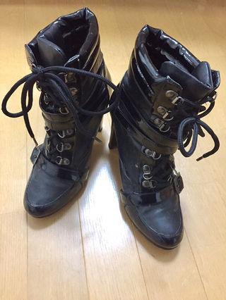 黒の足首までのブーツです