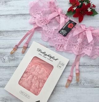 ピンク色のガーターベルトとニーハイストッキングのセット