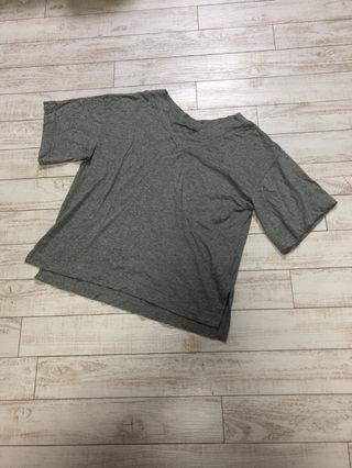 ジーナシスVネックTシャツ