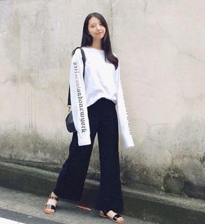 激カワ大人気袖ロゴロングTシャツ 黒または白