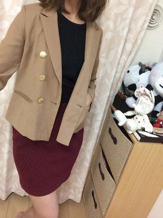 えんじ色のタイトスカート