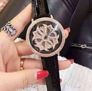 新品大人気芸能人愛用ぐるぐる時計モモエリー