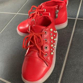 光る靴 赤 スタッズ