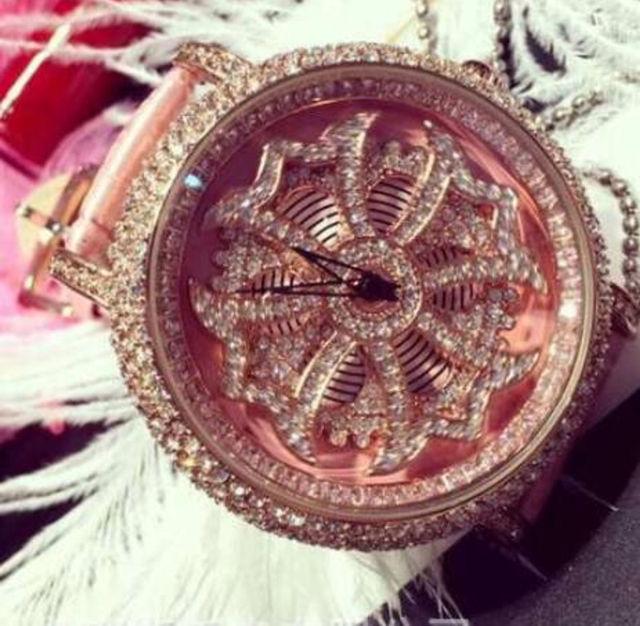 新品大人気芸能人愛用ぐるぐる時計