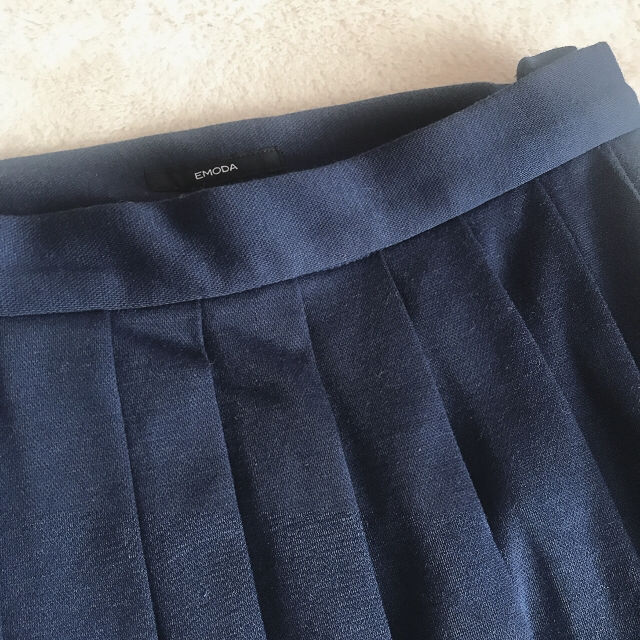 新品タグ付き★EMODAプリーツミモレ丈スカート