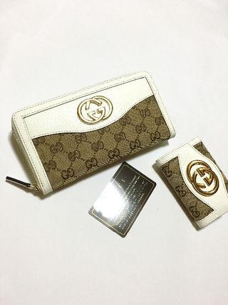 GG柄GG金具ジッピーウォレット長財布と6連キーケース 白