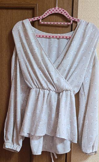 GU バックリボンしぼり付き小花柄長袖ブラウスシャツ