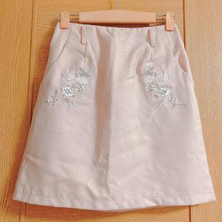 ヘザー ピンクの花柄刺繍スカート