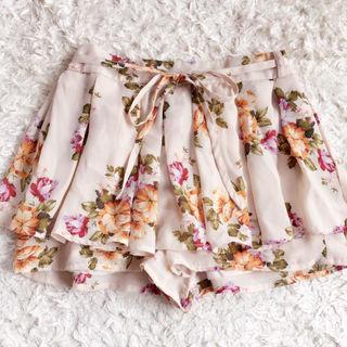 【美品】ピンクミックスフラワーシフォンプリーツショートパンツ