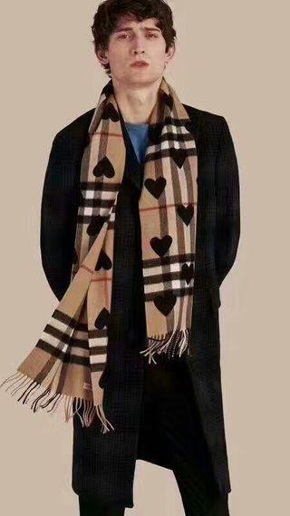 綺麗スカーフ BURBERRY ファッションデザイン!