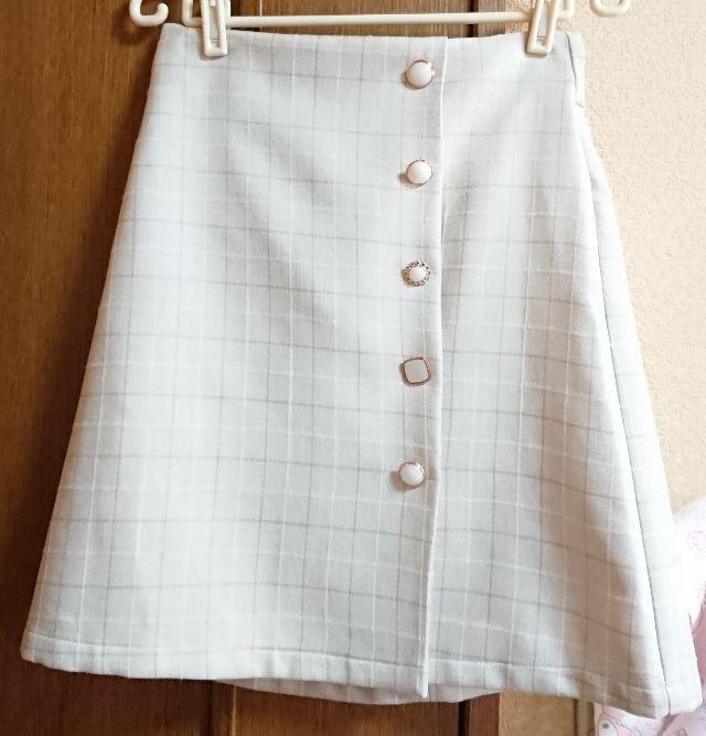 イング ボタン付きチェック台形スカート