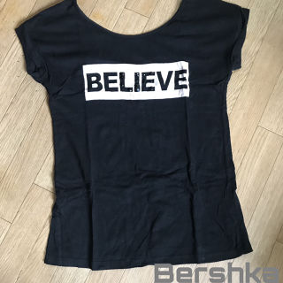 Bershka 背中空き ボックスロゴTシャツ 半袖Tシャツ