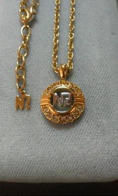 ニナリッチ丸に「NR」ロゴ ネックレス