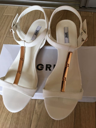 R&E 白サンダル