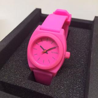 新品 NIXON スモールタイムテラー・鮮やかピンク色!