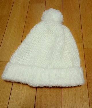 白のニット帽子