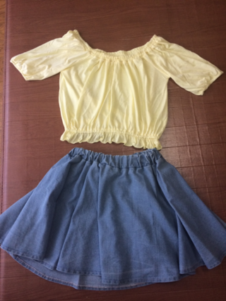 黄色のトップスとデニムスカート