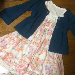淡いオレンジとピンクの花柄で胸元と裾は白いレースで可愛い