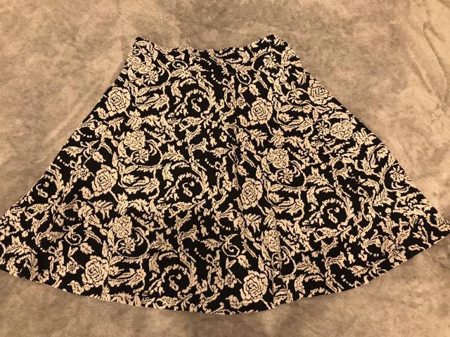 モノトーン 花柄フレアスカート