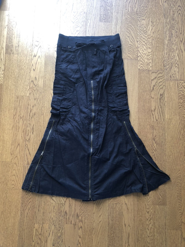 黒色ロングスカート