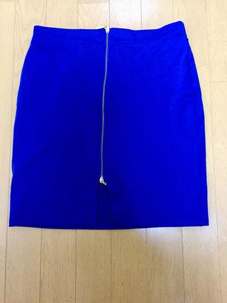 青のミニスカートです、