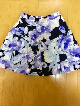 紫色の花柄模様のミニスカート