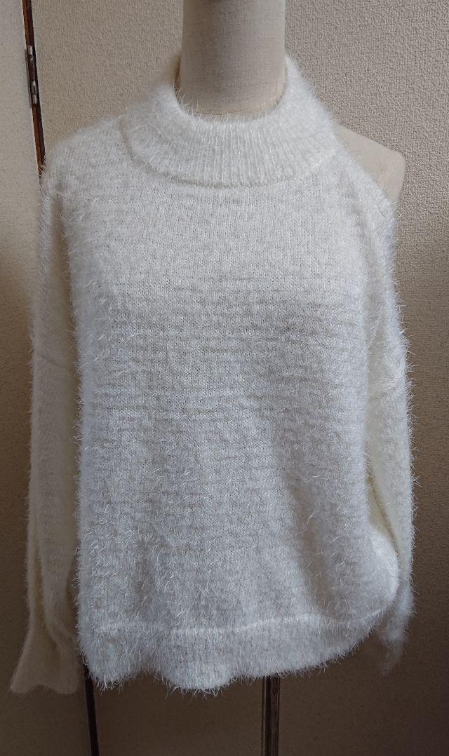 ホワイトモコモコ片方肩あきあったかセーターニット