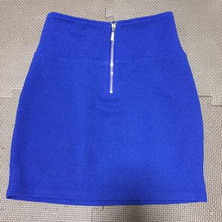 ブルーのタイトスカート