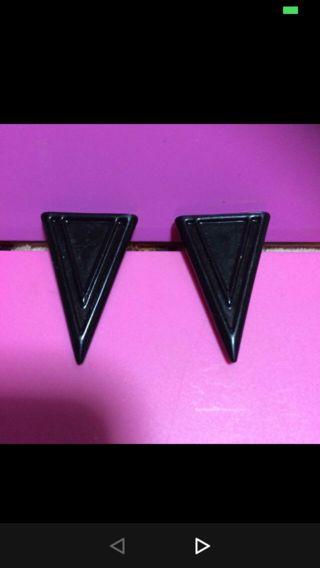 逆三角形ピアス(黒) ~GU~