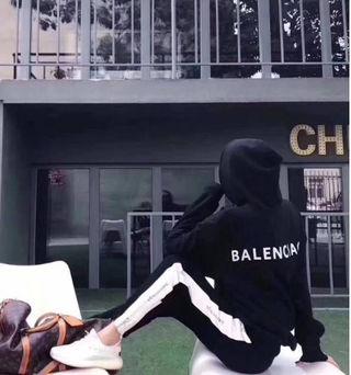 バレンシアガ 男女兼用パーカー